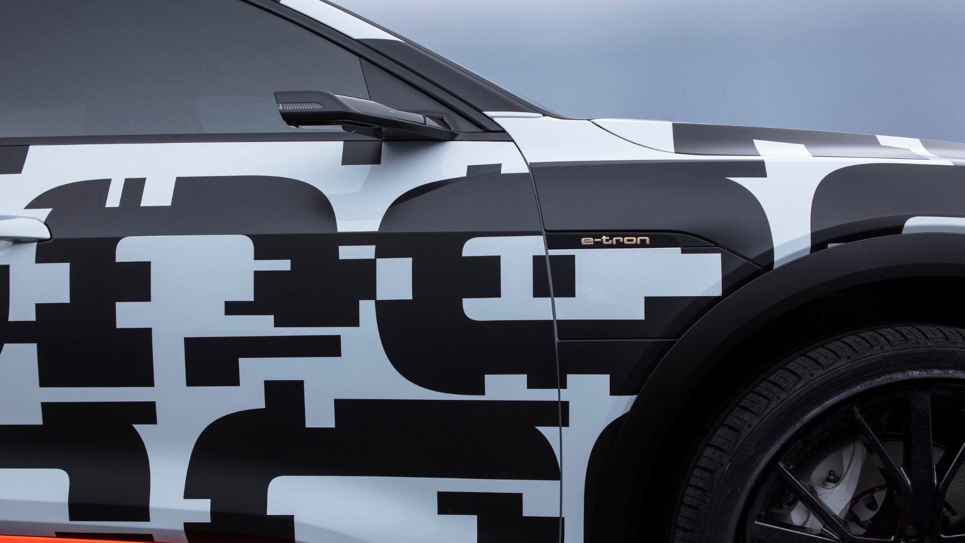 Under the camouflaged exterior hides a sporty SUV with room for five people, as well as plenty of luggage. The range, suitable for long distances, and an integrated charging offer allow the customer to drive under electric power alone – without having to compromise.