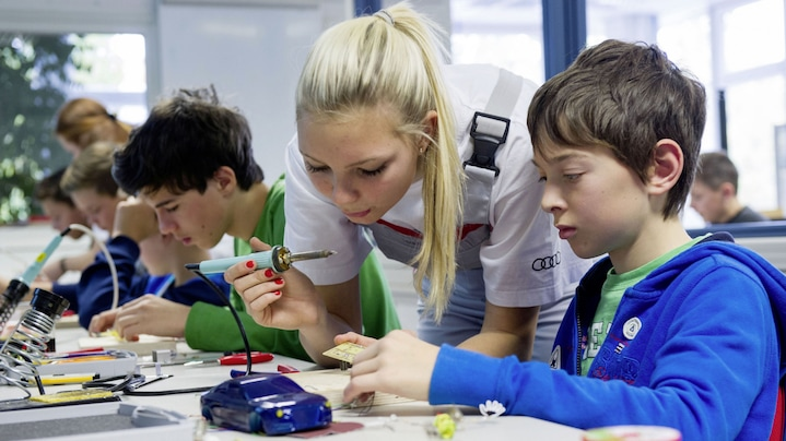 Social commitment at Audi: Vanessa Knodel and students install electronics in Audi A4 models
