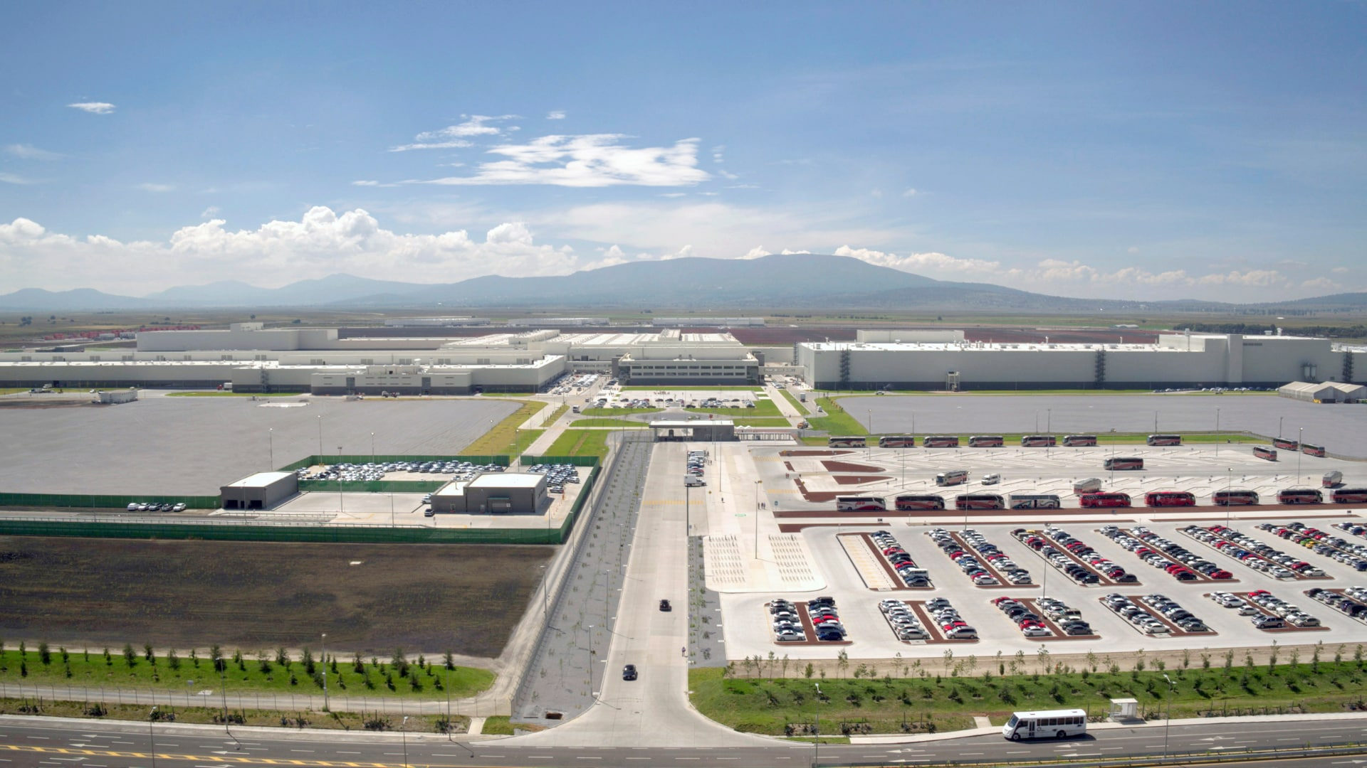 Audi site in San José Chiapa: In the first quarter of 2017, the Mexican Audi plant succeeded in recycling more than 90 percent of its waste, including metals – in other words, almost 30,000 metric tons. That is equivalent to more than six fully loaded freight trains. Another green project involved planting 100,000 trees in the vicinity of the plant and digging 25,000 pits. These have several functions: They provide the nearby trees with water and, each year, collect up to 375,000 cubic meters of rainwater, which when filtered contributes to naturally remediating the groundwater. In addition, the pits reduce erosion.