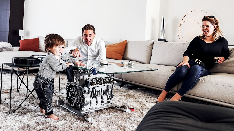 Robin Frijns playing with his nephew