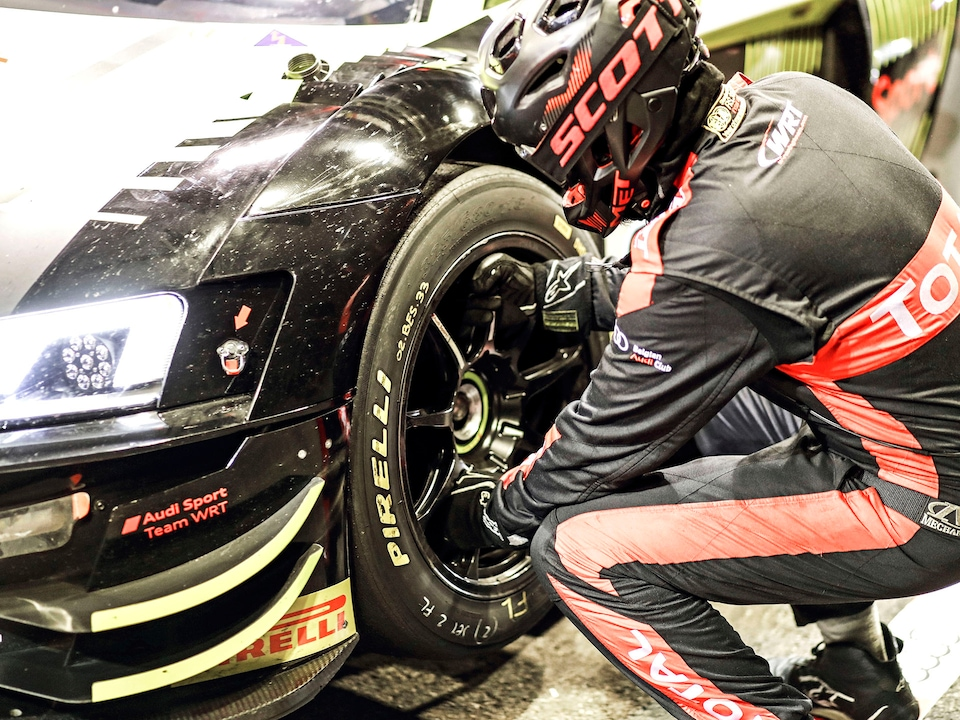 Tyre change during a pit stop with an Audi R8 LMS