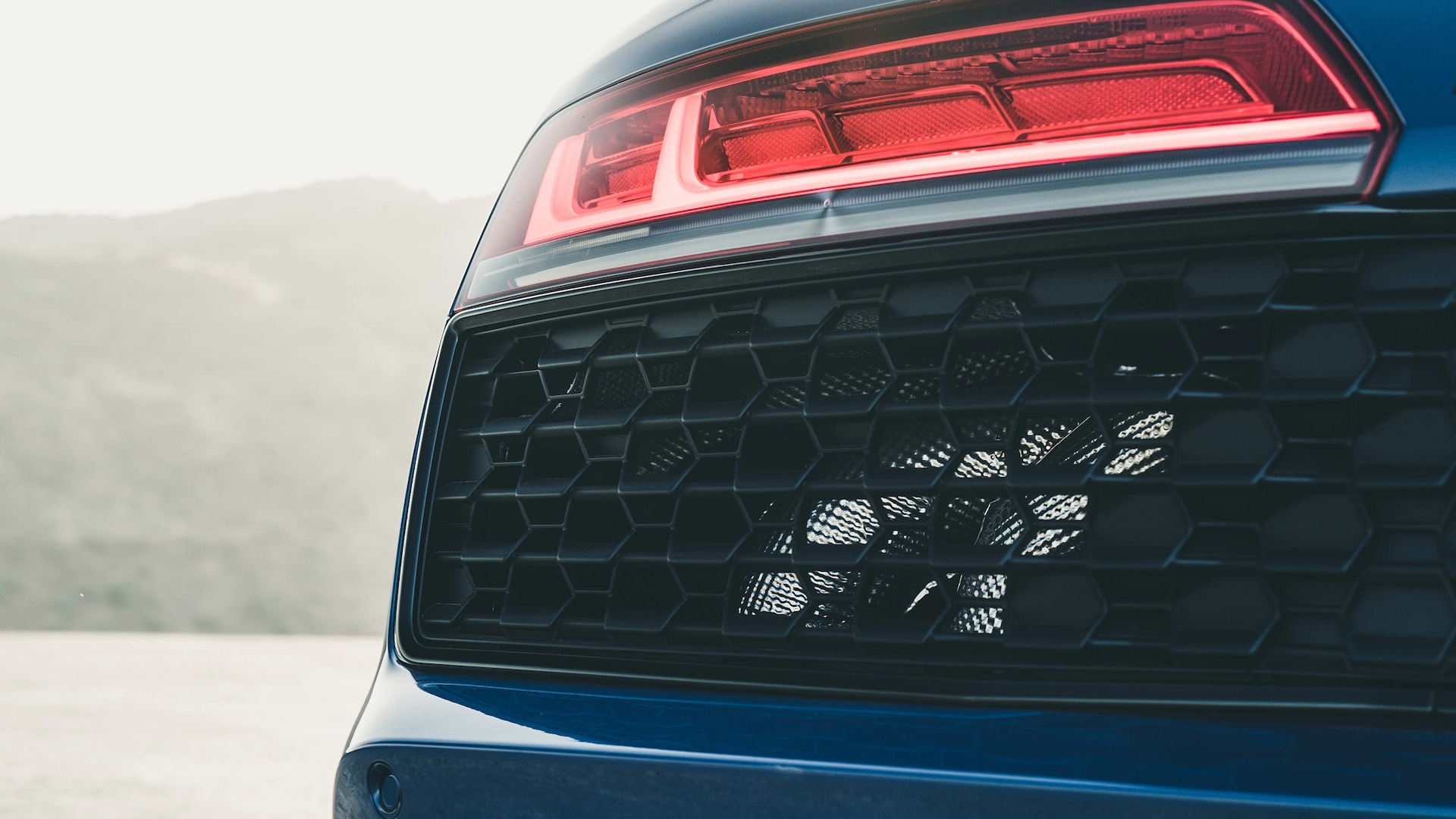 The grille rounds off the diffuser that extends quite some way up. In the engine compartment the air filter is situated under a new, three-part cover – available in a choice of plastic or carbon fiber.