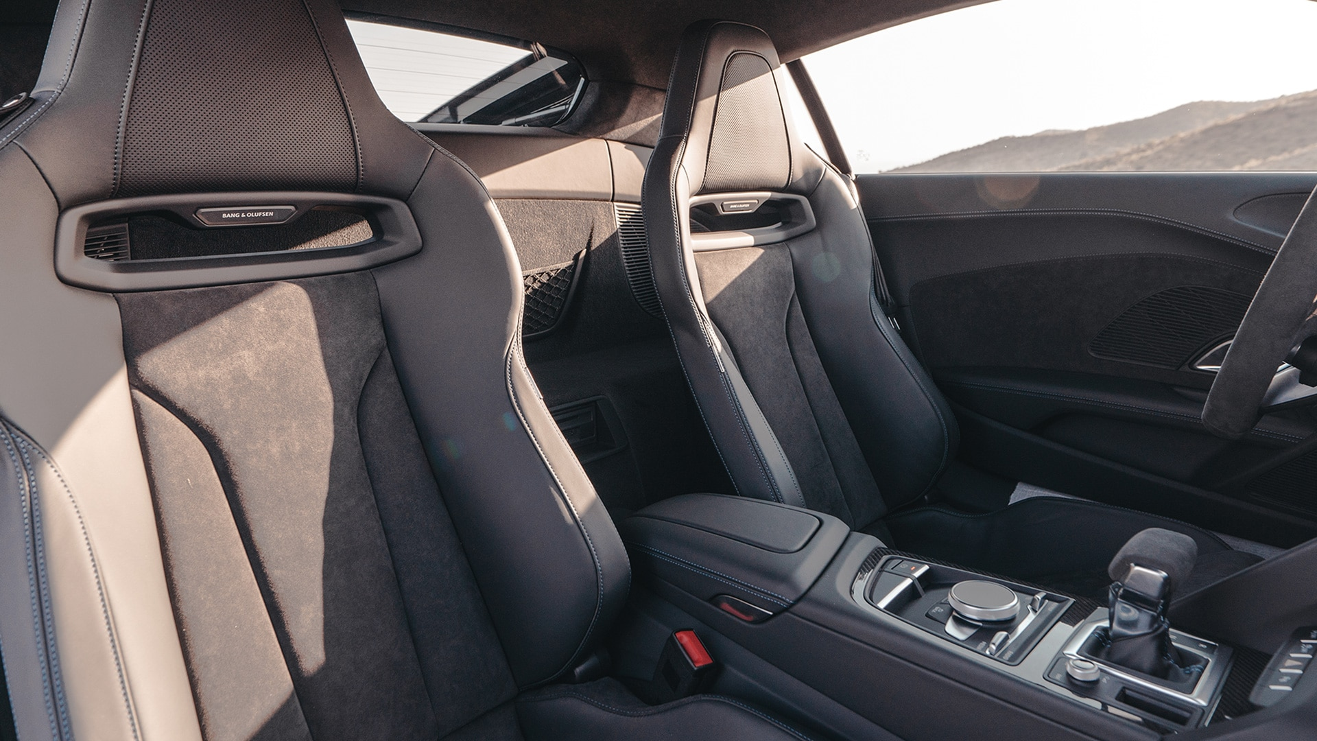 The new look of the Audi R8 also includes the interior focused on the driver.