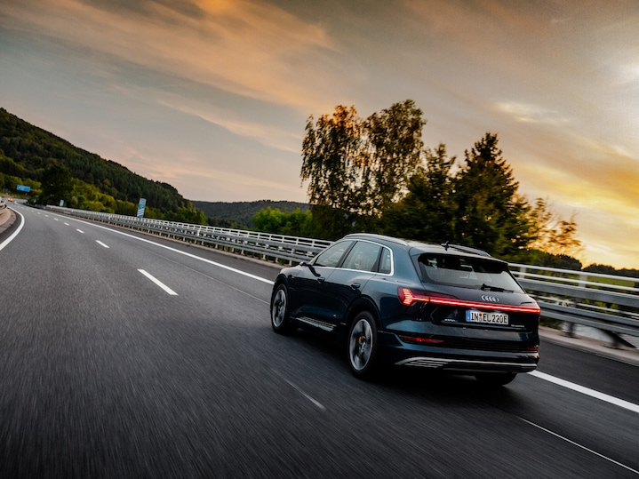 While sunset is oncoming the three Audi e-tron has still several hours until arrival. The goal of all participants: ten countries within 24 hours.