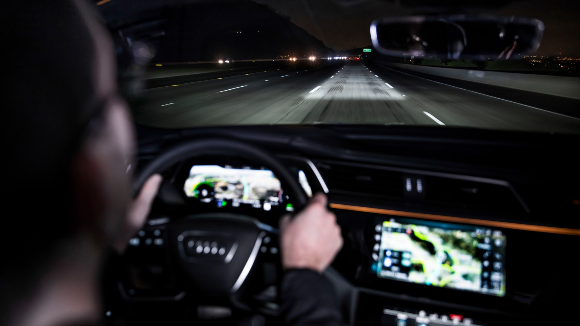 Driving calmly through the dark: The carpet of light created by the digital matrix LED headlights is as wide as the traffic lanes. The darkened areas show the vehicle's width.