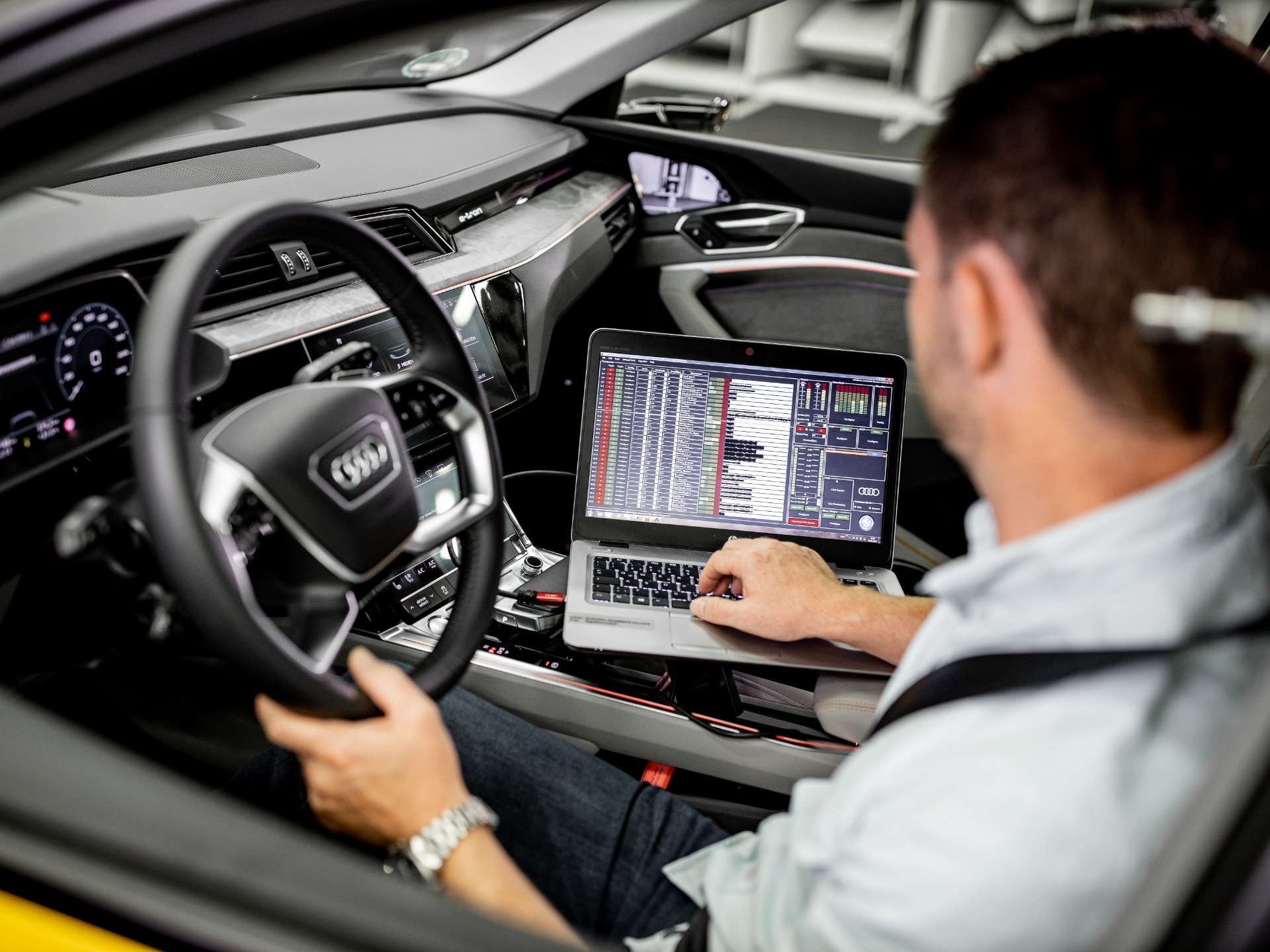 Electric car sounds: laptop in the Audi e-tron