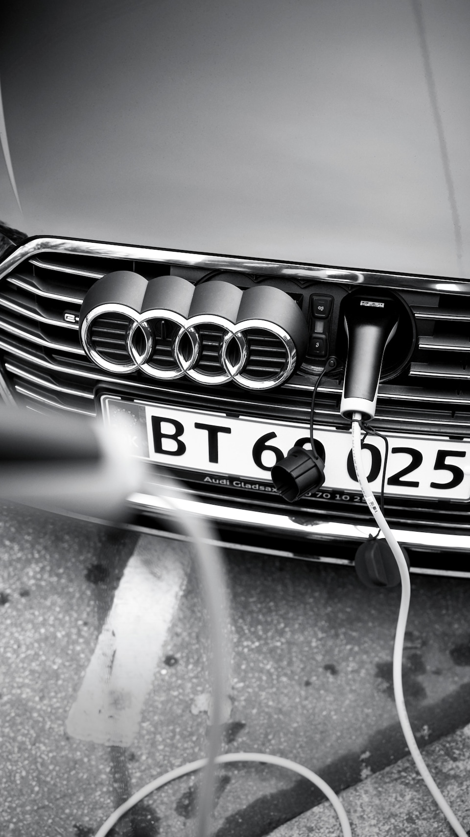 Thanks to the Mode 3 cable, the Audi A3 Sportback e-tron1 can be fully charged at public charging points in around 2.5 hours.