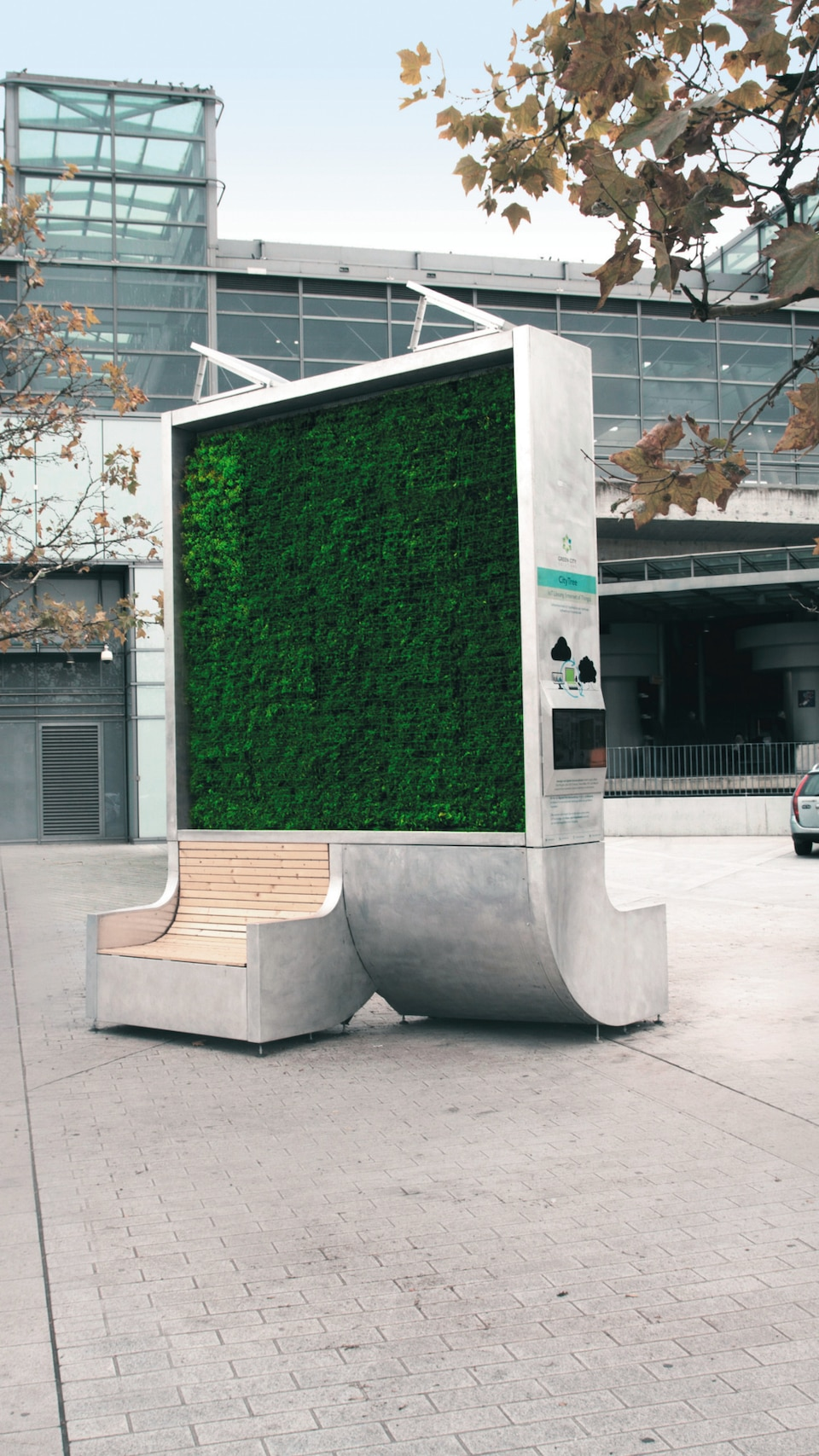 Twelve square meters of greenery: The flexible-use, vertical CityTree plant box is virtually maintenance-free. Built-in solar modules power the irrigation pump.