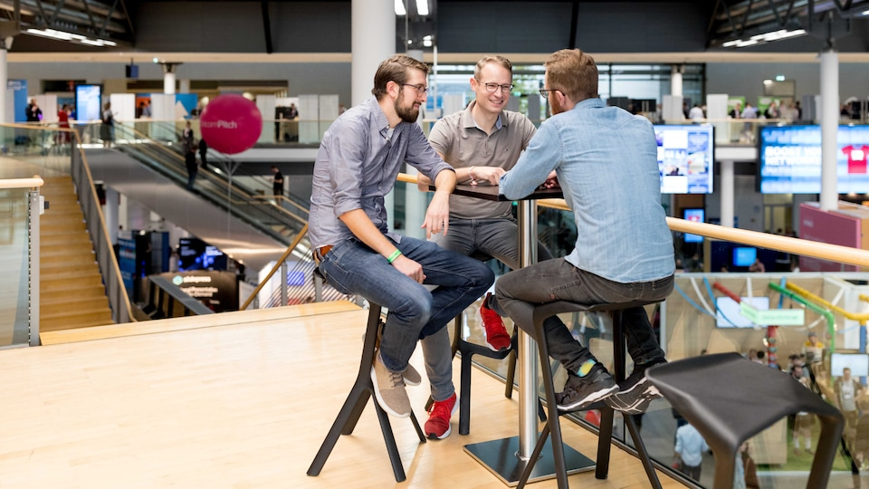 Matthias Brendel (center) and his team work on digital business models for premium mobility at the Audi Denkwerkstatt.